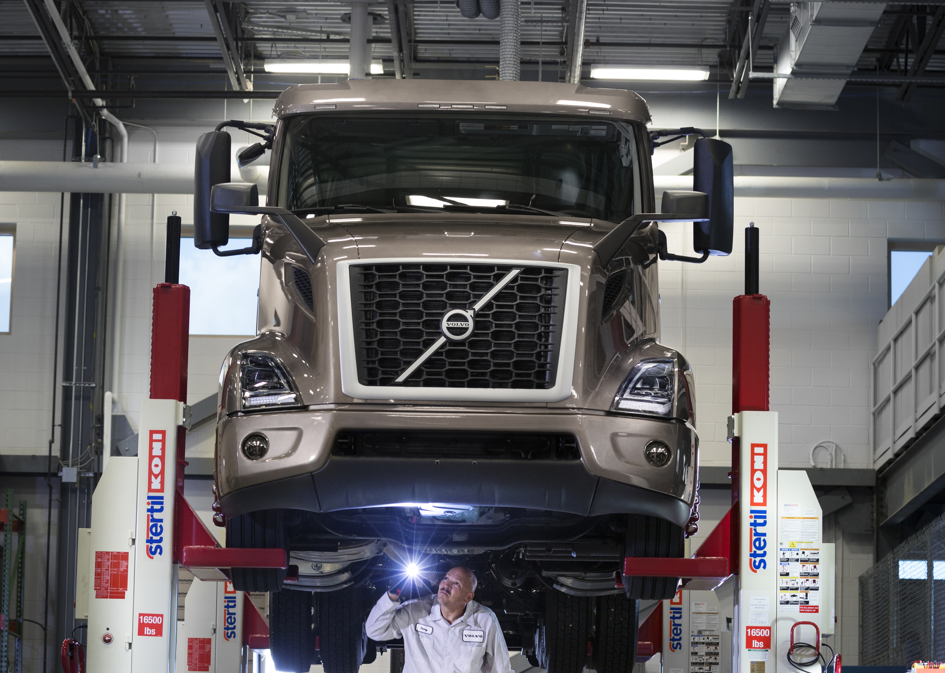 Volvo Trucks Introduces Volvo Blue Contract Service Offering to Enhance Uptime